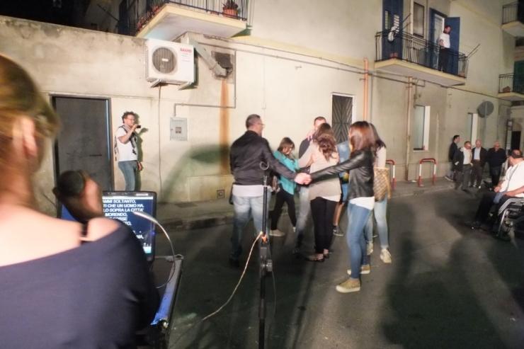 Castellaneta in provincia di Taranto, la serenata organizzata per la sposa la sera prima del matrimonio