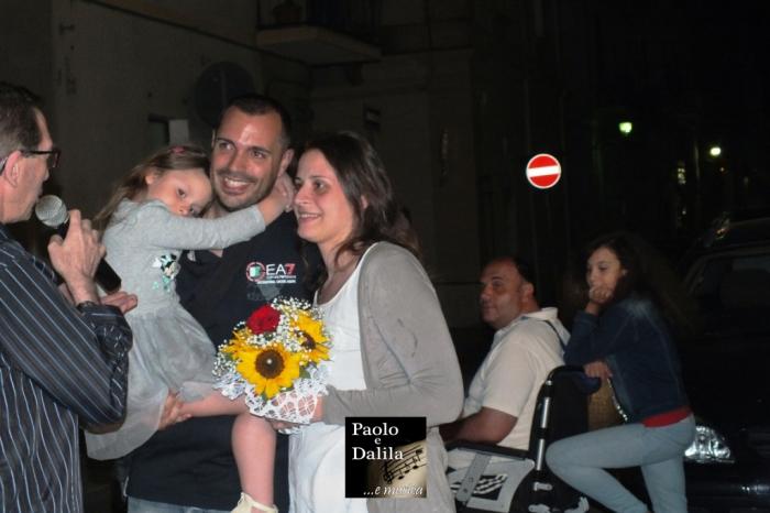 I futuri sposi durante la serenata per il matrimonio fatta a Taranto