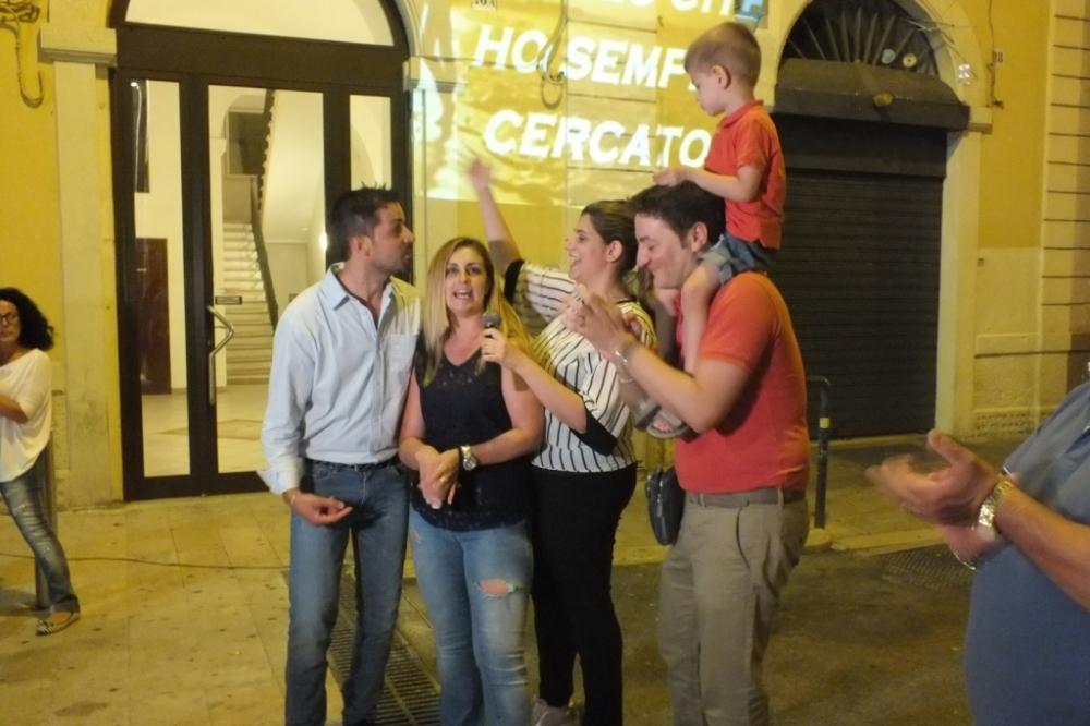 Il futuro sposo organizza la serenata nel centro della città di Bari