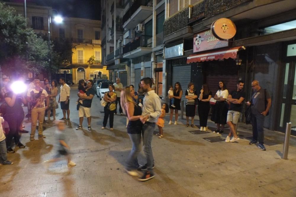 musicisti che suonano per la serenata alla sposa a Bari Città