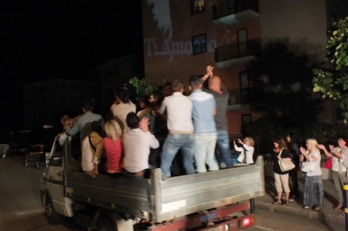 La sera prima del matrimonio a Foggia si organizza la serenata