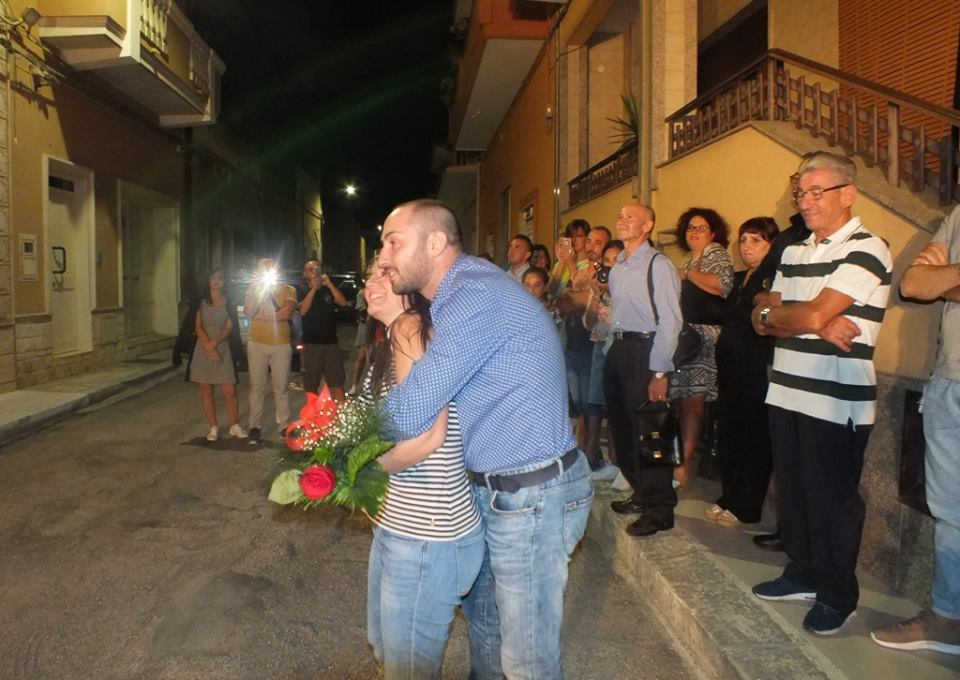 a Sava in provincia di Taranto lo sposo fa una sorpresa alla futura sposa, la serenata