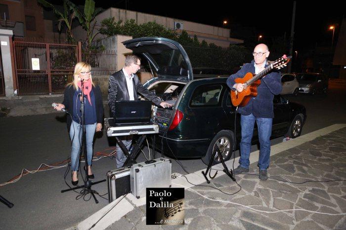 Musicisti che organizzano la serenata a Lecce