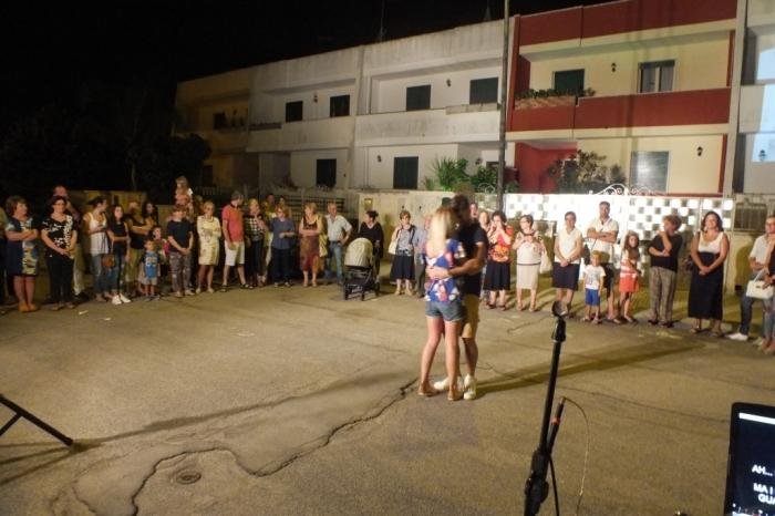 Musicisti che cantano e suonano per la serenata a Lecce e provincia
