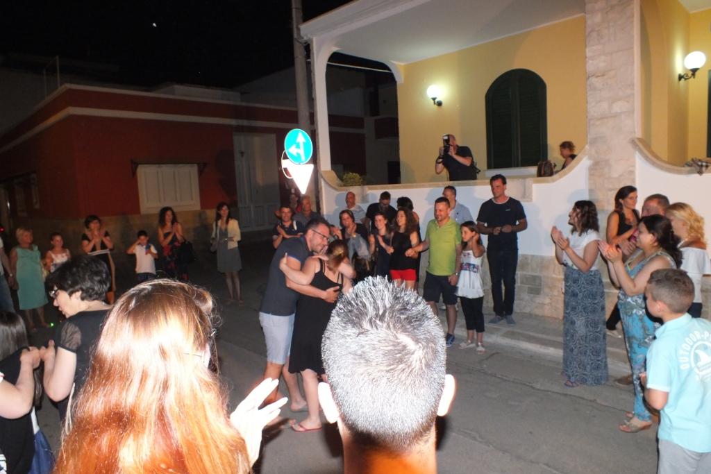 Lecce, la serenata alla sposa