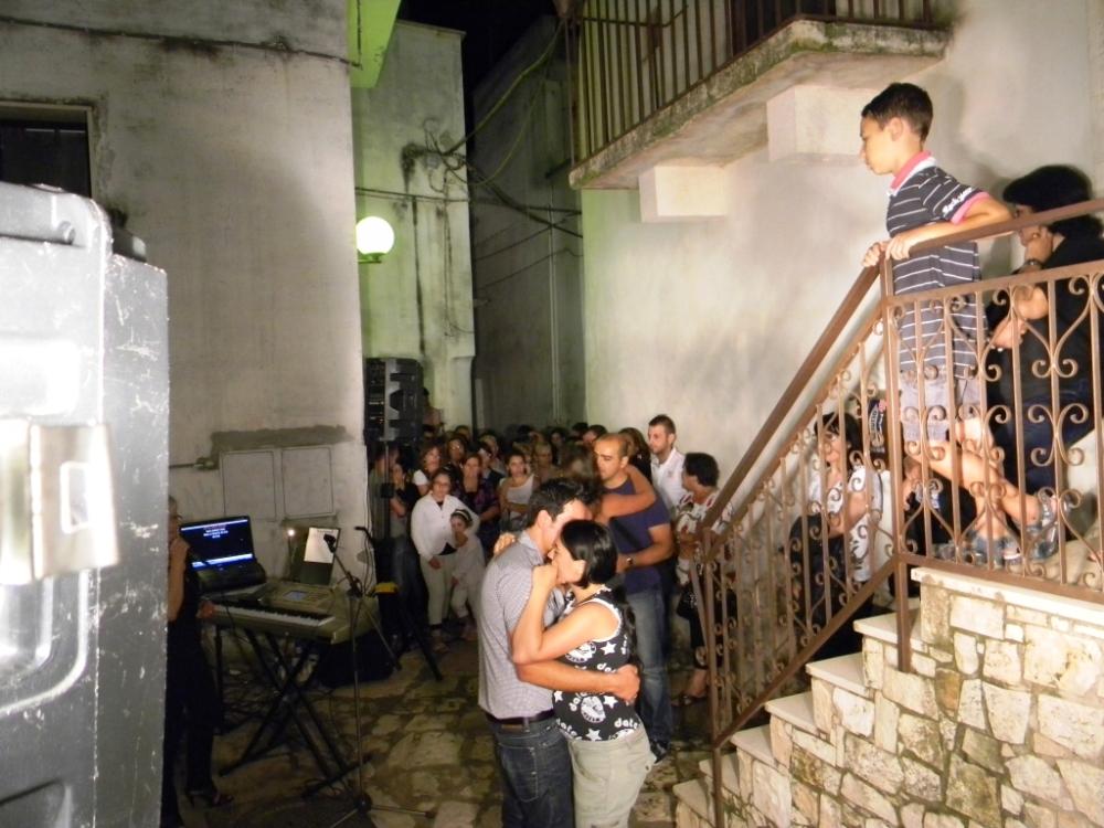 Turi in provincia di Bari, la serenata per la sposa