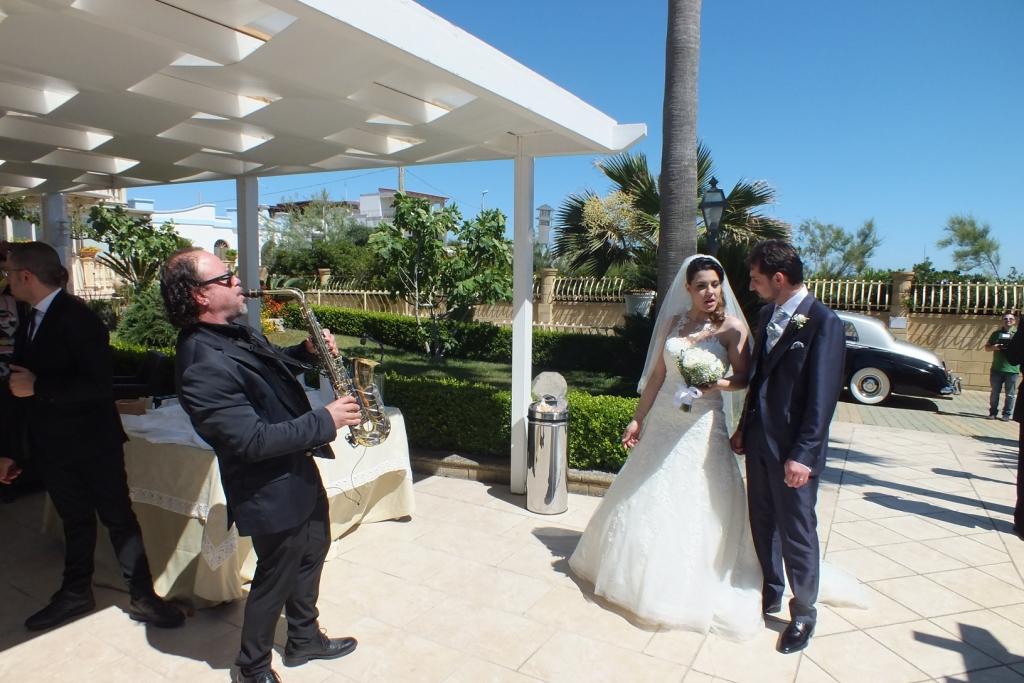 Matrimonio Lecce accoglienza sposi con il sassofonista del gruppo di Paolo e Dalila Live