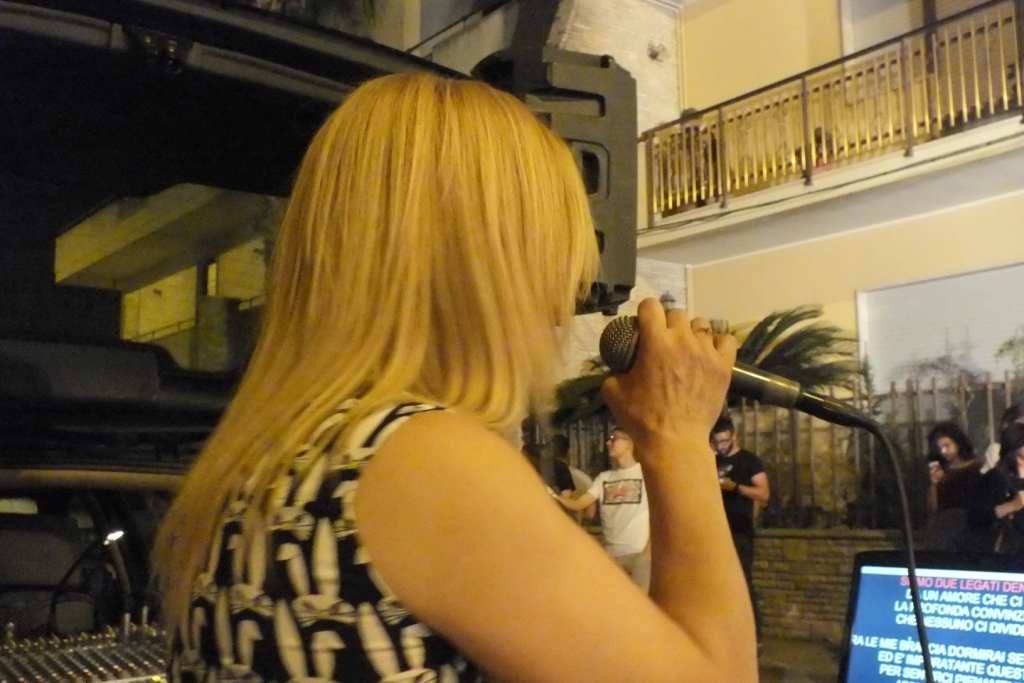 Gruppo musicale che canta durante la serenata alla sposa a Lecce
