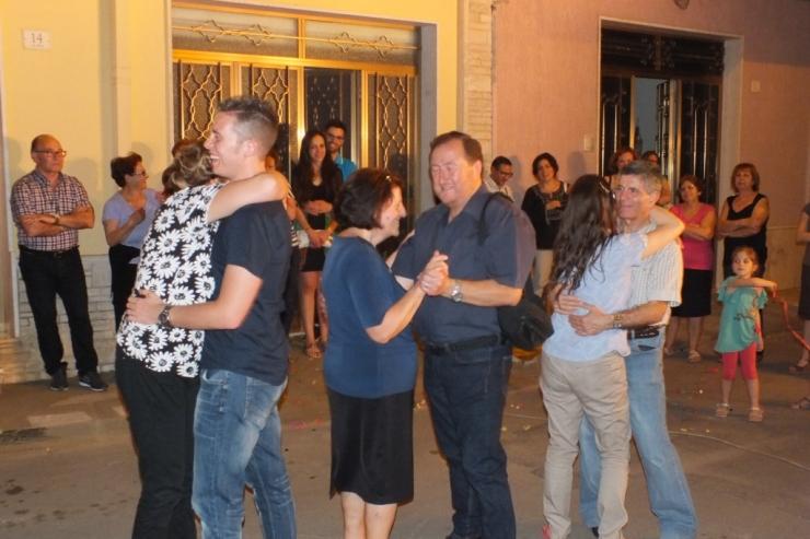 Musicisti che cantano per la serenata in Provincia di Lecce