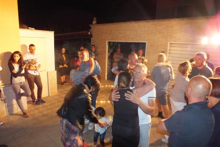 Taranto il futuro sposo organizza la serenata prima del matrimonio