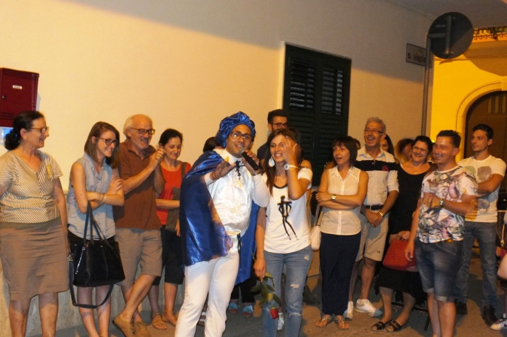 Il futuro sposo a Bari organizza la serenata in stile principe azzurro