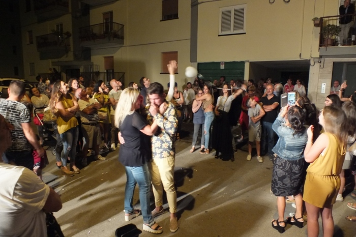 Musicisti cheo organizzano la serenata a sorpresa dedicata alla futura sposa