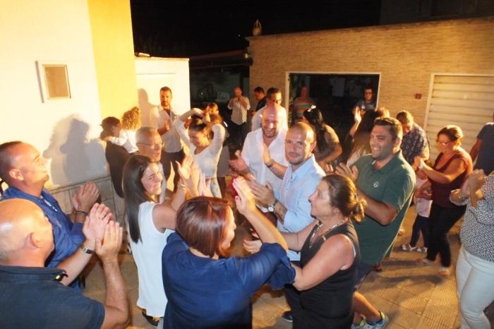 Lo sposo organizza la sorpresa della serenata a Taranto