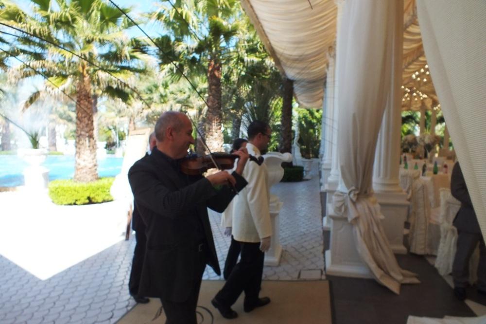 Villa Phoenix ricevimenti Lecce accoglienza sposi con il violinista del gruppo di Paolo e Dalila Live