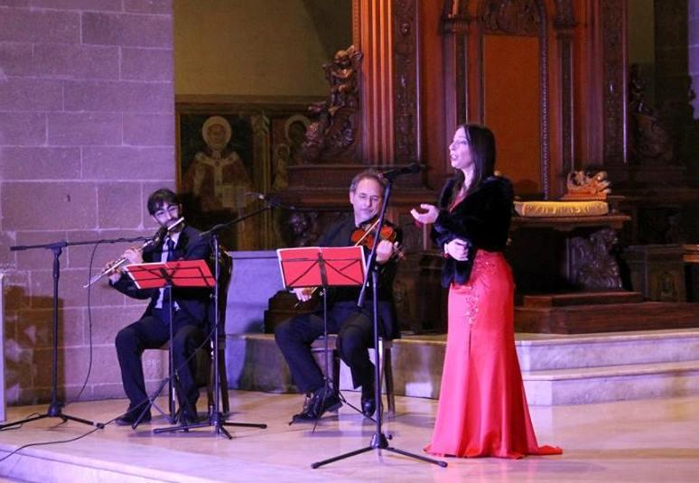 Soprano lirico canta l'ave Maria di schubert durante la messa del matrimonio