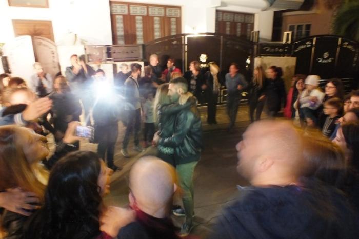 A Melissano in provincia di Lecce lo sposo organizza la serenata sotto casa della sposa