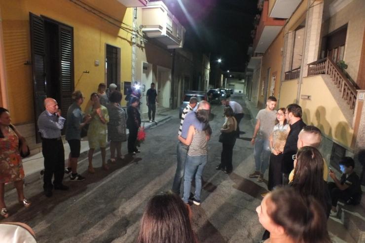 Musica e amusicisti che organizzano la serenata a Taranto
