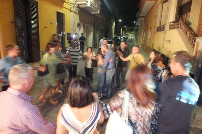 Musicisti che suonano durante la serenata a Taranto