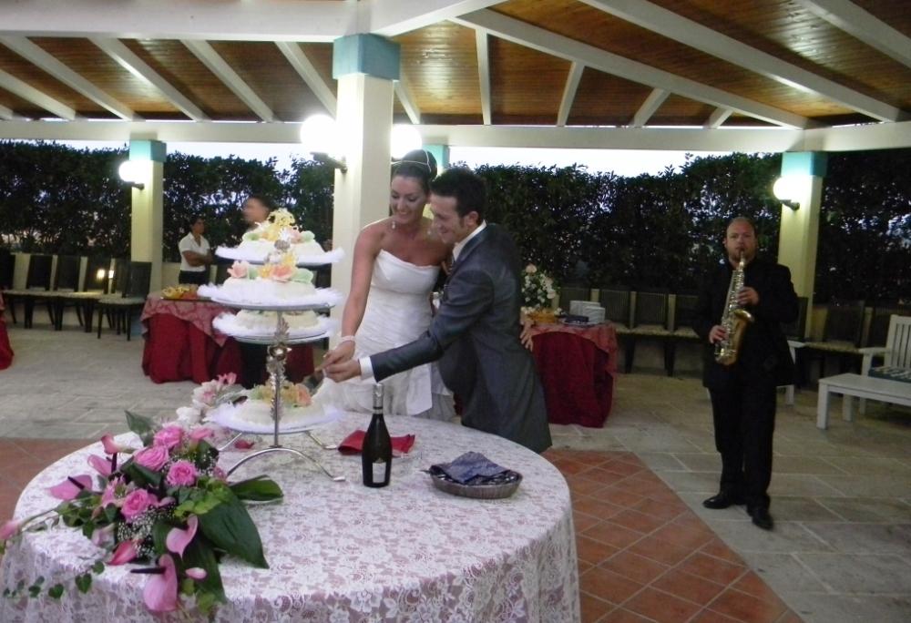 Matrimonio Lecce Taglio della torta con la musica del sax