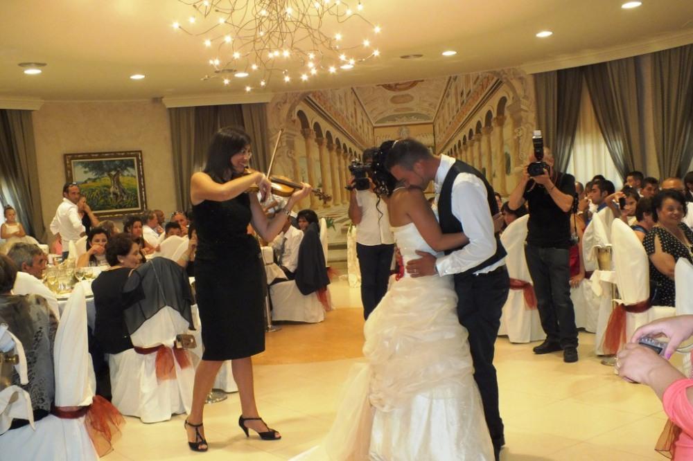 Carla De fabrizio violinista del gruppo di Paolo e Dalila live a Villa hollywood Ruffano