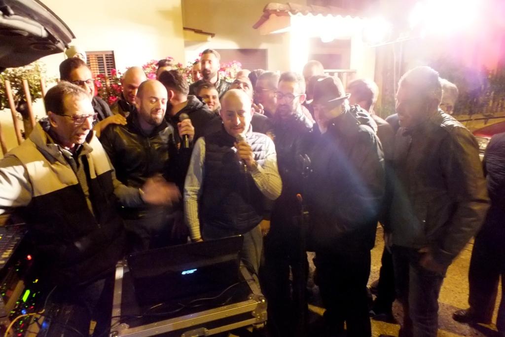 Gruppo di musicisti che organizzano una serenata particolare a Taranto