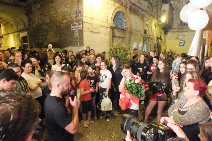 Nella Città vecchia di Bari lo spospo organizza la serenata alla sposa