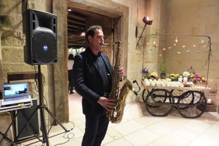 Sassofonista professionista suona il sax durante un matrimonio a Lecce