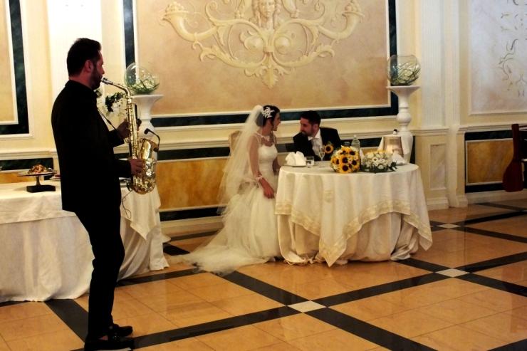 accoglenza sposi con il sax per l'intrattenimento musicale del matrimonio a Lecce