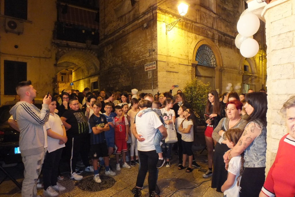 Lo sposo organizza la serenata alla sposa nel centro storico di Bari