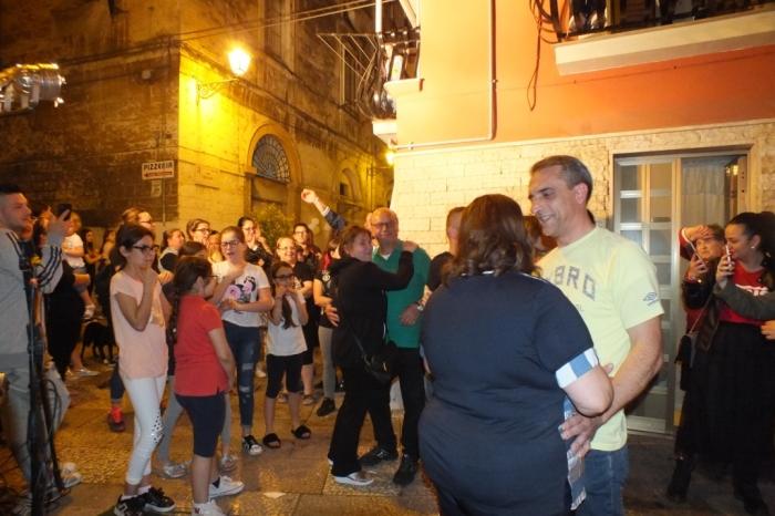 serenata organizzata in una piazzetta nella città vecchia di Bari