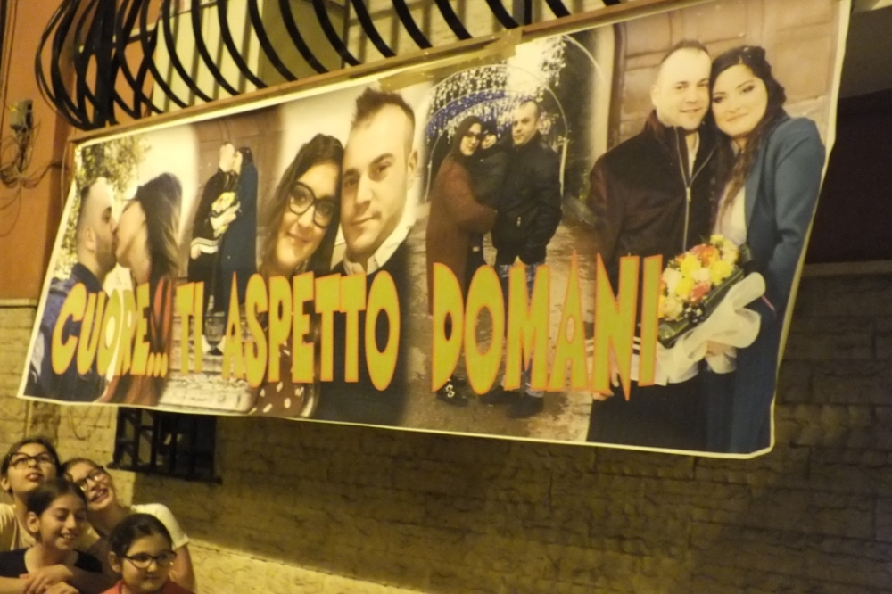 striscione con foto della sposa per fare una sopresa durante la serenata organizzata a Bari