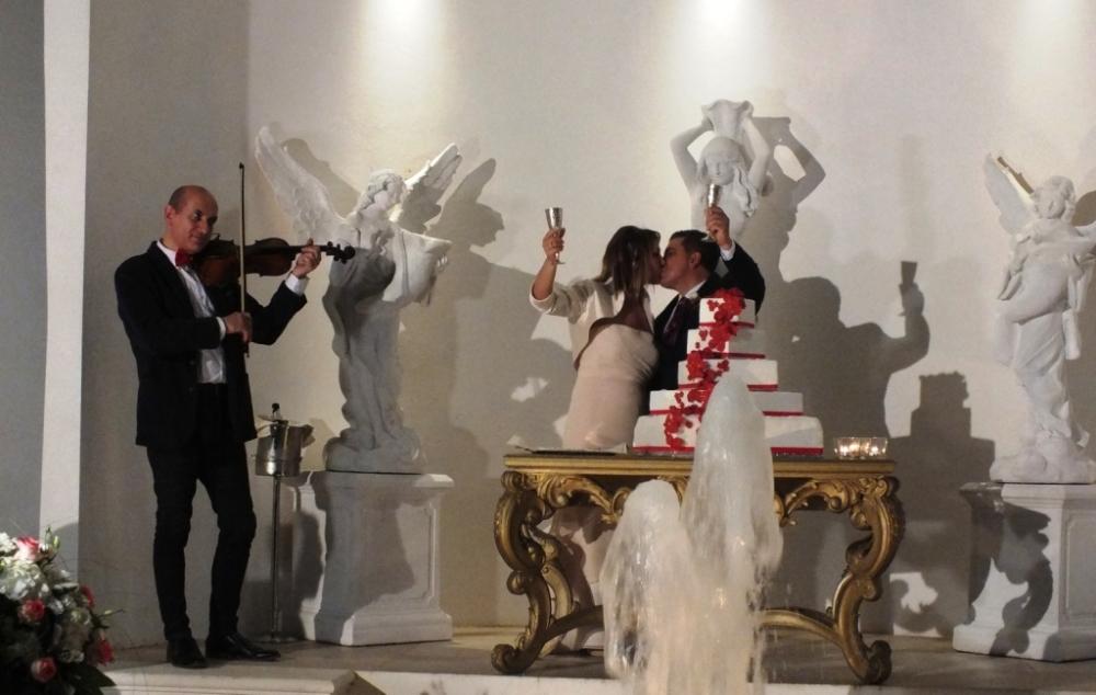 violinista per la musica durante il taglio della torta a Tenuta Montenari