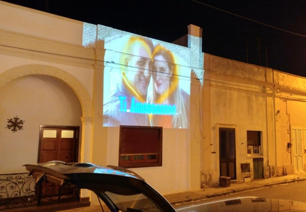 Proiezione sul muso per creare un effetto speciale durante la serenata a Lecce dadicata alla sposa
