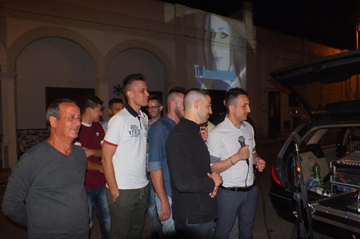 a Lecce il futuro sposo organizza la serenata alla sposa