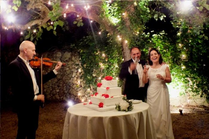 Taglio della torta nuzioale con la musica del violinista di Lecce del gruppo di Paolo e Dalila