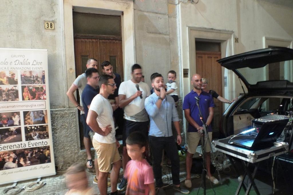 sposo canta durante la serenata a Presicce in Provincia di Lecce