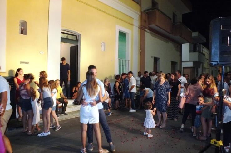 Presicce, Lecce, la sera prima delle nozze si organizza la sorpresa della serenata