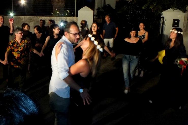 Ugento, Lecce, lo sposo dedica la serenata alla sposa