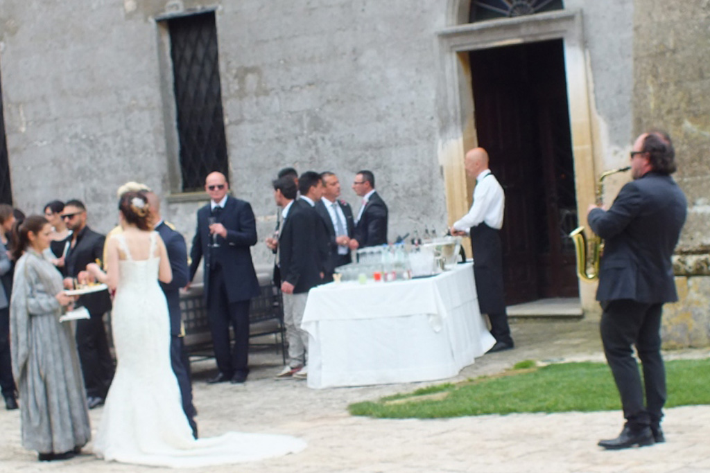 Castello Monaci accoglienza sposi con il sassofonista
